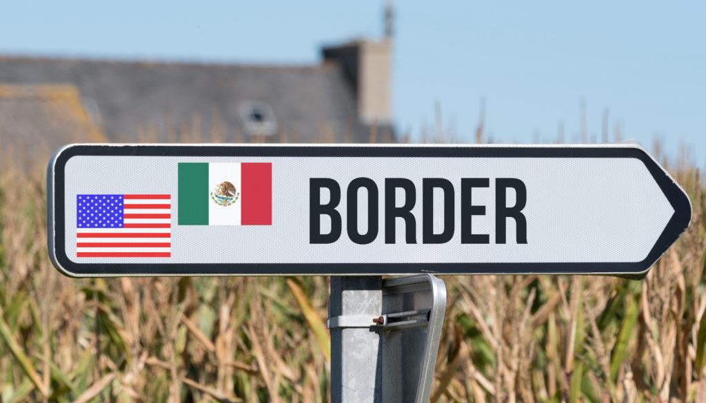 Ein Schild weist auf die Grenze zwischen USA und Mexiko hin